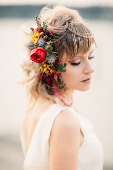 Bridal hair comb with wildflowers