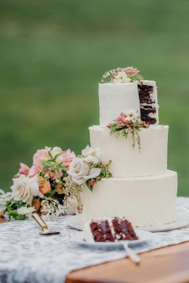 Cake by Flying Flowers Specialty Sweets | flowers by Tobey Nelson Events | Suzanne Rothmeyer Photography