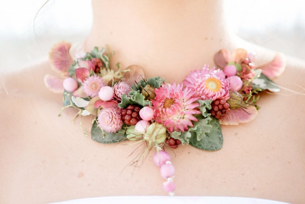 Fresh flower necklace in pink