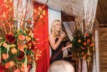 Foam-free, freestanding floral creations for the stage of the live auction