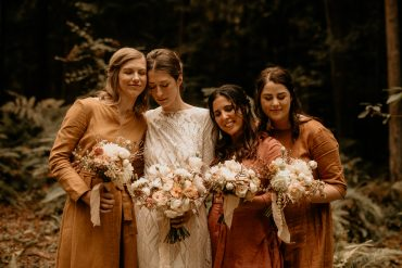 Neutral colored wedding flowers | Bridesmaids in amber, gold, and rust | Earthy Guemes Island wedding | Flowers by Tobey Nelson | image by Breeanna Lasher