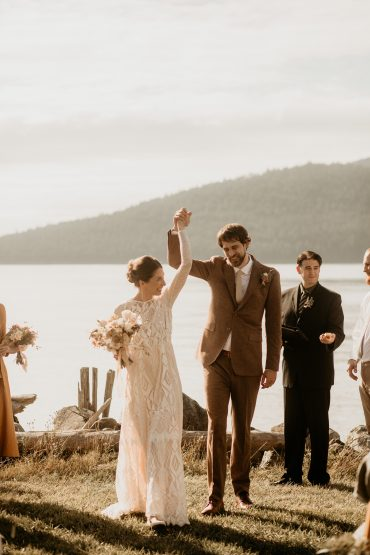Earthy Guemes Island Elopement | Flowers by Tobey Nelson | image by Breeanna Lasher