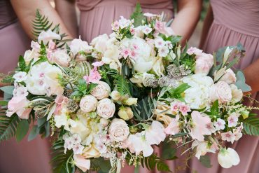 white and pink bridesmaid bouquets