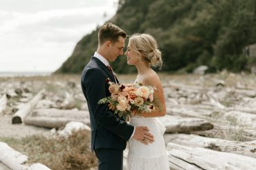 Whidbey Island beach wedding | Whidbey Island wedding flowers by Tobey Nelson Events | image by Carina Skrobecki
